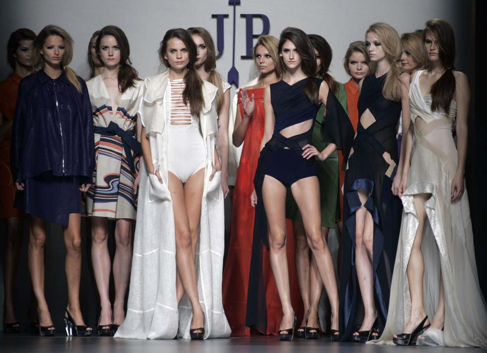 Jesús del Pozo viste a una novia en Cibeles Madrid Fashion ...