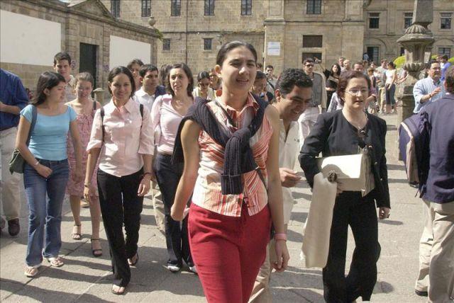 Sesenta j venes universitarios espa oles y portugueses que forman parte del programa becas - Pisos santander central hispano ...