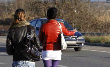 por que los hombres van con prostitutas la prostitución es ilegal en españa