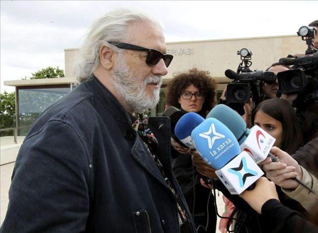 El actor mario gas habla con los periodistas a su llegada - Tanatorio sant gervasi ...